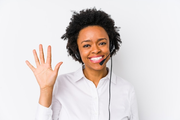 La giovane donna di telemarketer dell'afroamericano ha isolato sorridente allegro che mostra il numero cinque con le dita.