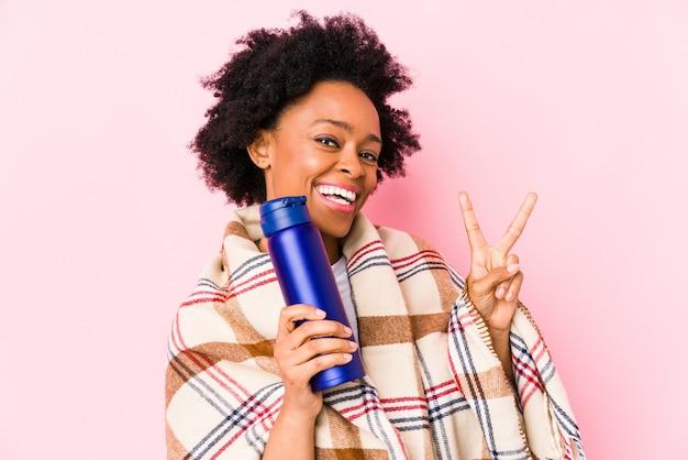 Giovane donna afroamericana in un giorno di campeggio