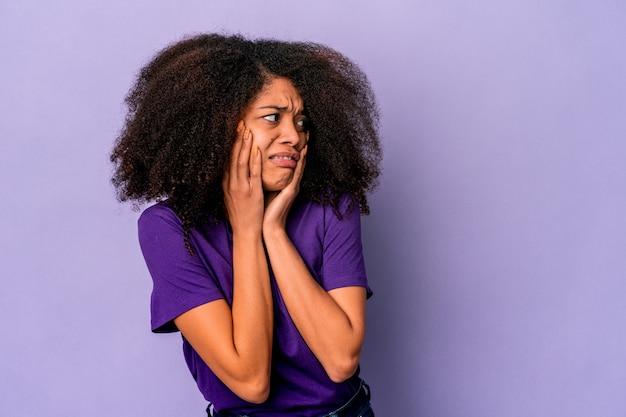 Giovane donna afroamericana che esprime emozioni isolate