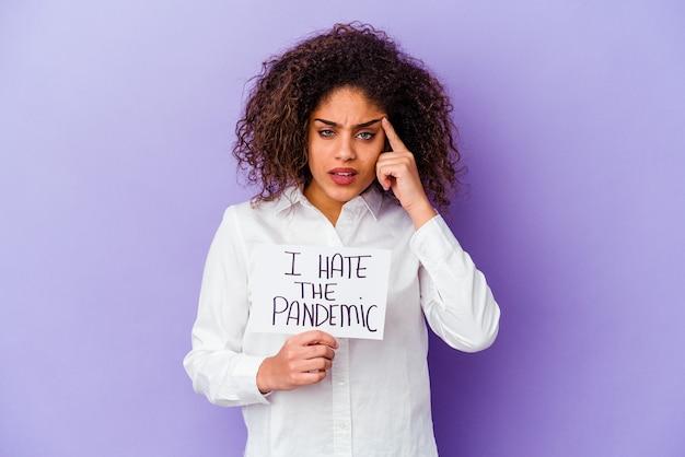 Giovane donna afroamericana che tiene io odio il cartello pandemico isolato