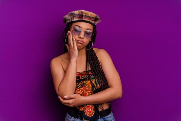 Giovane donna afroamericana isolata sul muro giallo giovane donna afroamericana isolata sul muro giallo che è annoiata, affaticata e ha bisogno di una giornata di relax.