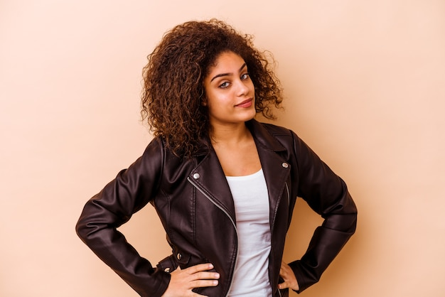 Giovane donna afroamericana isolata