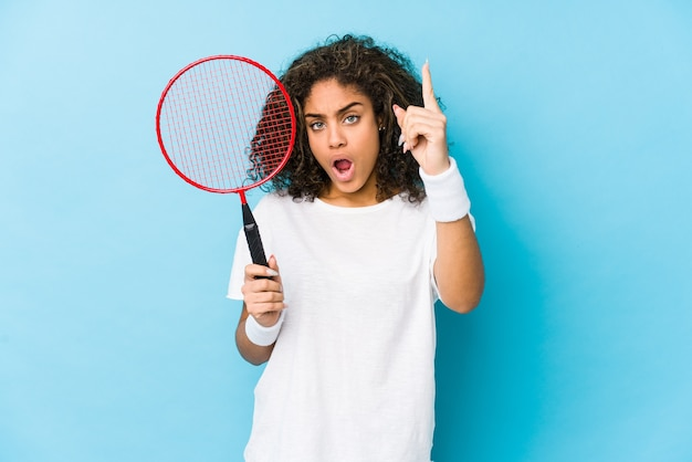 Giovane donna afroamericana che gioca a badminton che ha un'idea,