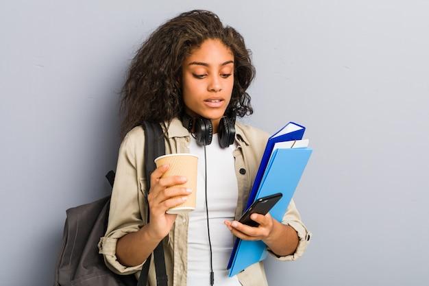 Giovane donna afroamericana pronta per andare a scuola