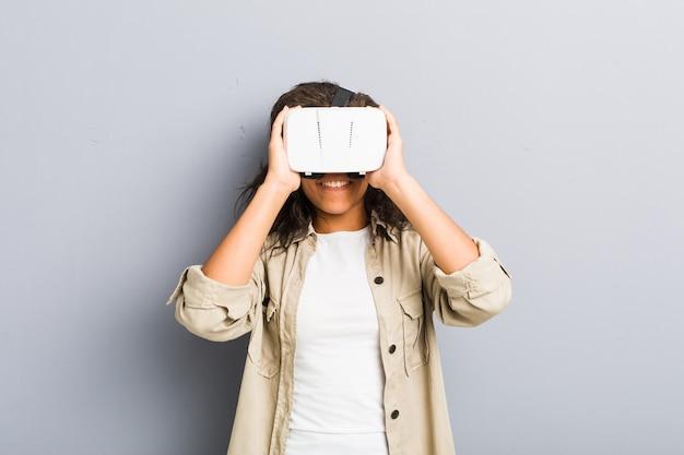 Giovane donna afroamericana utilizzando occhiali per realtà virtuale