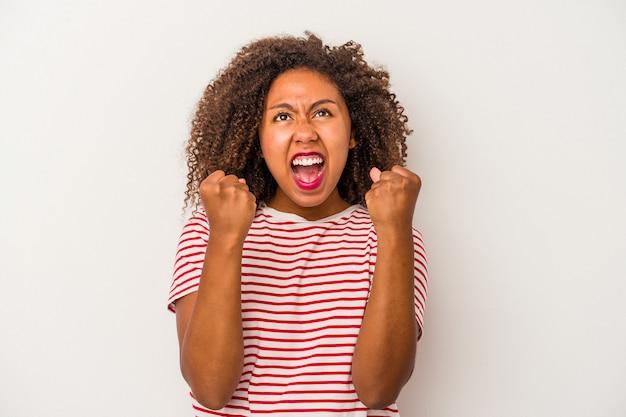 Giovane donna afroamericana con capelli ricci isolato su sfondo bianco tifo spensierato ed eccitato. concetto di vittoria.