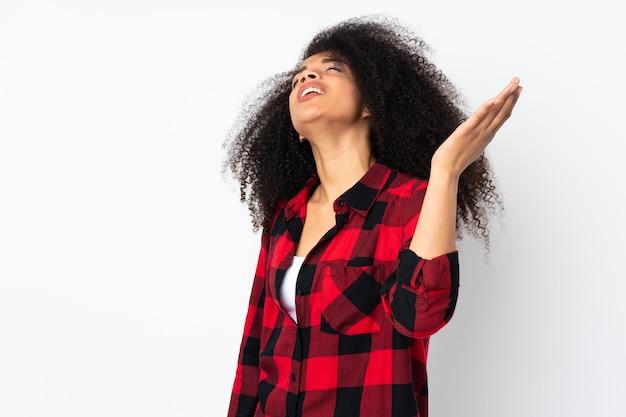 Giovane donna afroamericana con espressione stanca e malata
