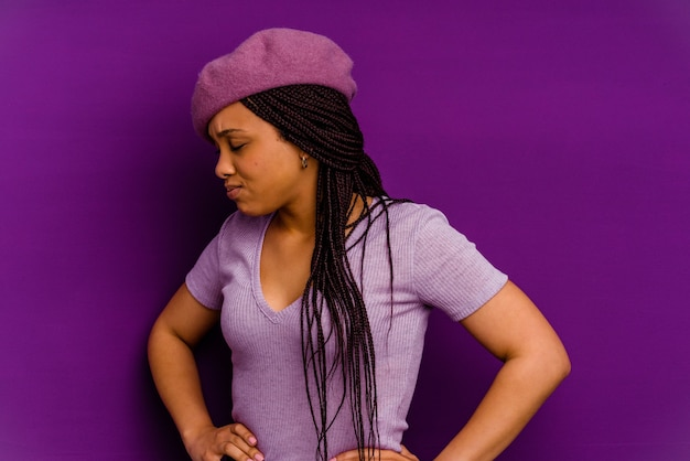 Giovane donna afro-americana giovane donna afro-americana che soffre di mal di schiena.