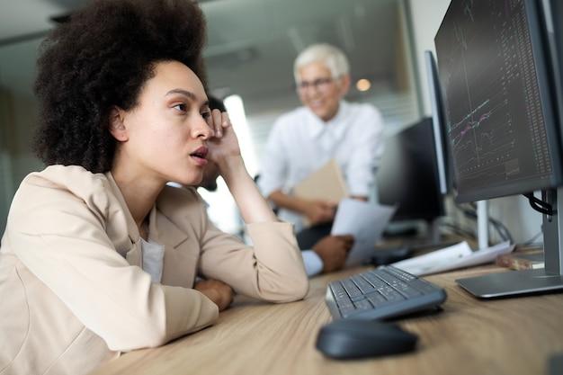 Giovane donna d'affari africana che ha stress e mal di testa in ufficio