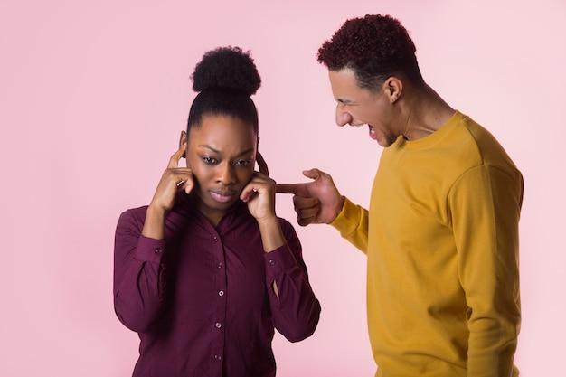 Giovane coppia africana litigare