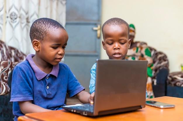 Giovani bambini africani che imparano online utilizzando la tecnologia digitale
