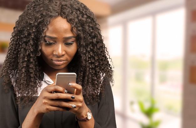 Giovane signora africana in chat per telefono