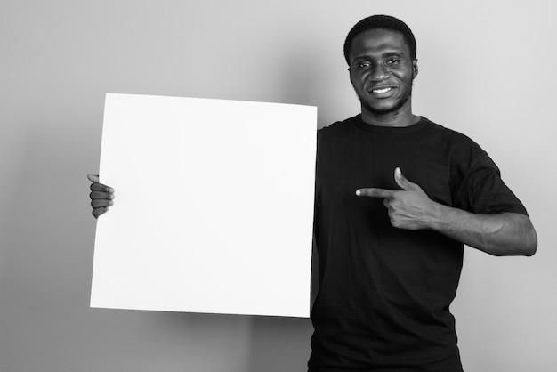 Giovane africano che indossa la camicia nera. bianco e nero