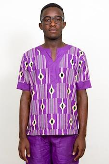Giovane africano che indossa abiti etnici tradizionali isolati su uno spazio bianco