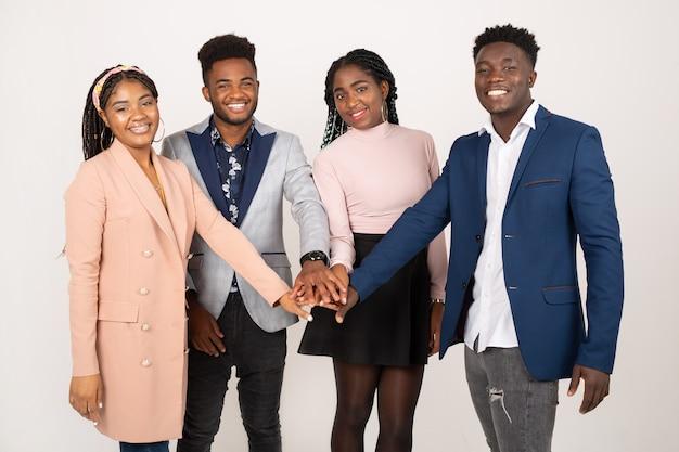 Giovani africani su uno sfondo bianco tenendosi per mano