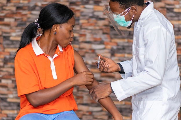 Giovane donna africana che si fa vaccinare Foto Premium