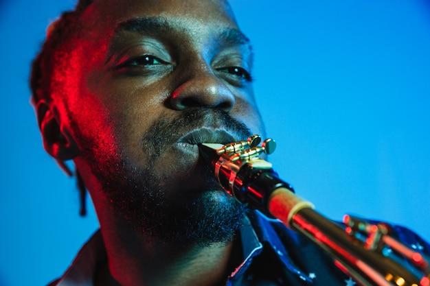 Giovane musicista jazz afroamericano che suona il sassofono