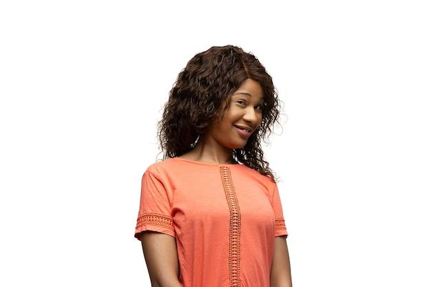 Giovane donna afroamericana con emozioni popolari insolite divertenti