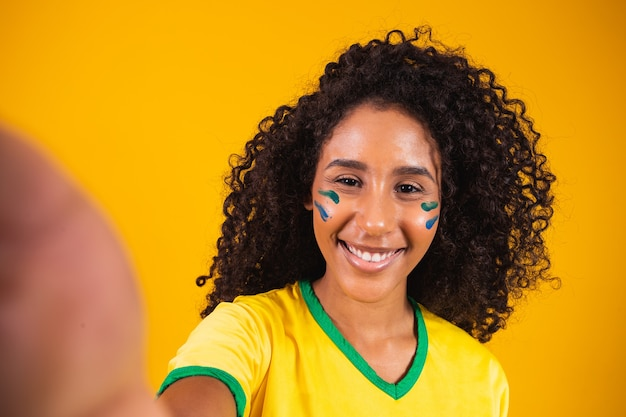 Giovane fan afro-brasiliano che fa selfie pronto per il gioco brasiliano