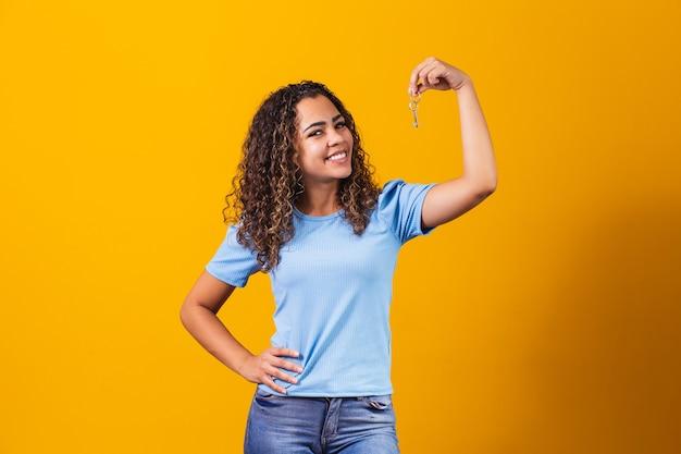 Giovane ragazza afro in possesso di una chiave di casa.