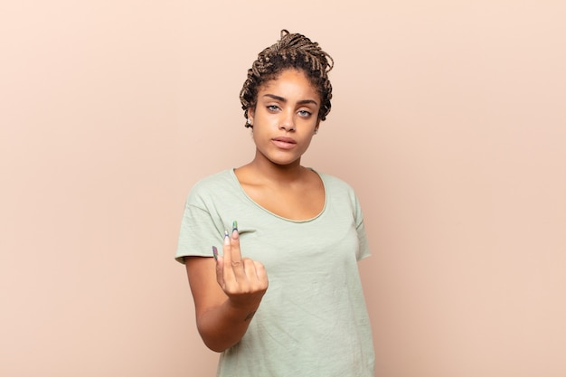 Giovane donna afro che si sente arrabbiata, infastidita, ribelle e aggressiva