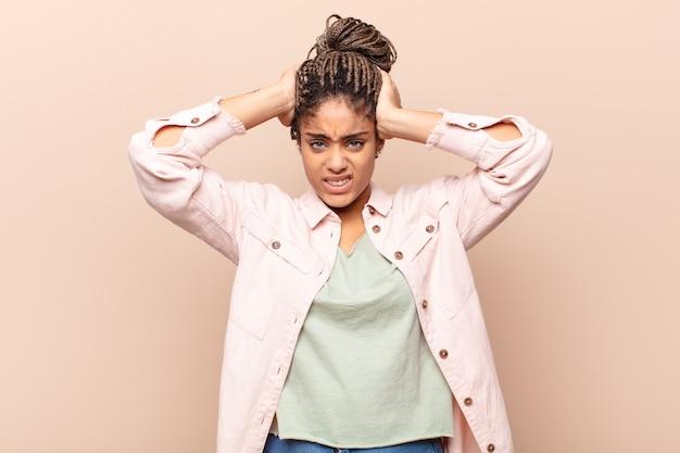 Giovane donna afro che si sente frustrata e infastidita, malata e stanca di fallire, stufo di compiti noiosi e noiosi
