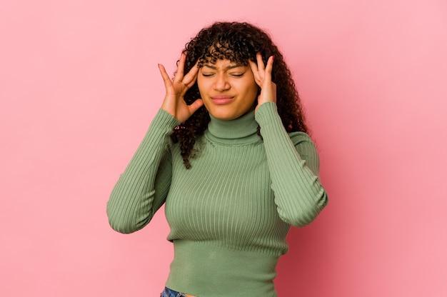 Giovane donna afro isolata toccando le tempie e avendo mal di testa