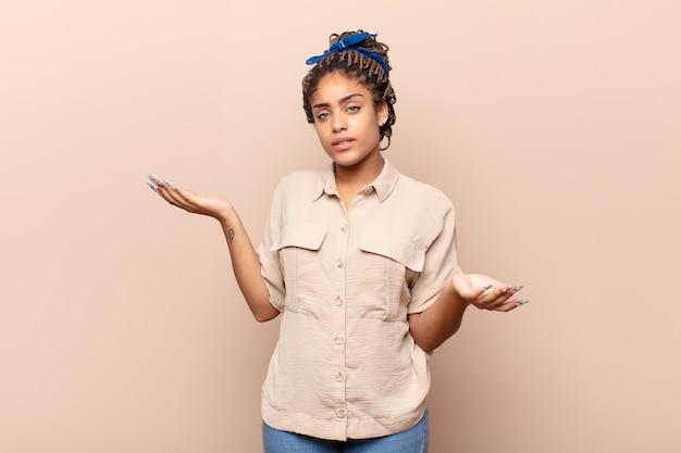 Giovane donna afro che sembra perplessa, confusa e stressata