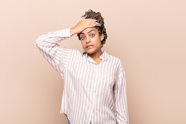 Giovane donna afro in preda al panico per una scadenza dimenticata, sentendosi stressata, dovendo coprire un pasticcio o un errore