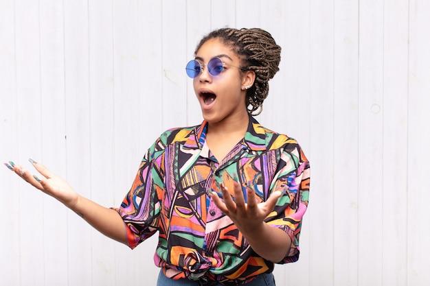 Giovane donna afro che esegue l'opera o canta a un concerto o uno spettacolo, sentendosi romantica, artistica e appassionata