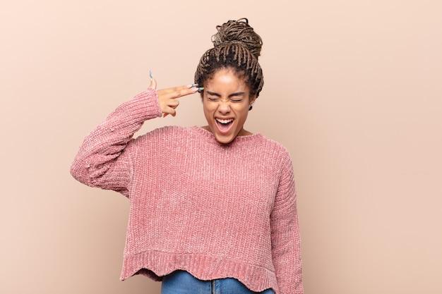 Giovane donna afro che urla ad alta voce e con rabbia isolata