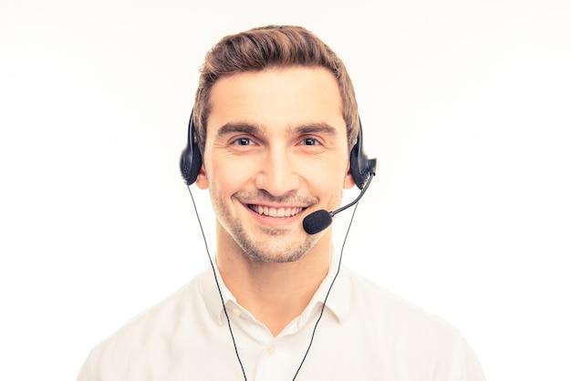 Client di consulenza giovane agente al telefono
