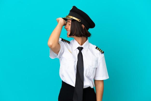 Il giovane pilota di aeroplano su sfondo blu isolato ha realizzato qualcosa e intendeva la soluzione
