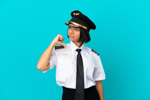 Giovane pilota di aeroplano su sfondo blu isolato orgoglioso e soddisfatto di sé