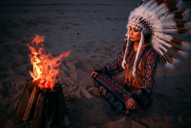 Giovane donna indiana americana contro il fuoco