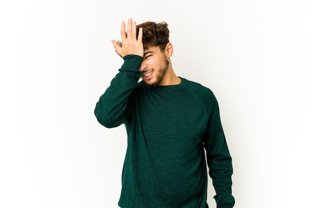 Giovane uomo arabo che esprime emozioni isolate