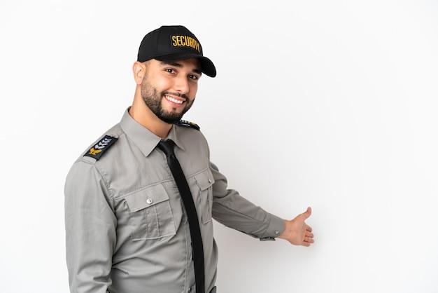 Giovane uomo arabo isolato su sfondo bianco che allunga le mani di lato per invitare a venire