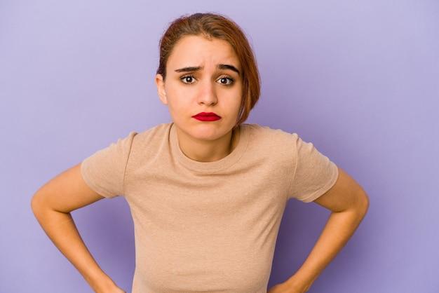 Giovane donna araba di razza mista triste, viso serio, infelice e scontento.