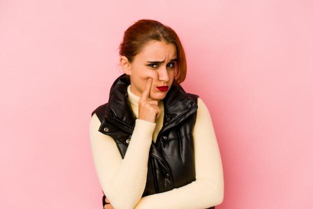 Giovane donna araba di razza mista infelice guardando con espressione sarcastica.