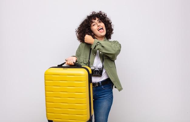 Giovane donna araba che si sente felice, positiva e di successo, motivata quando affronta una sfida o celebra il concetto di viaggio dei buoni risultati