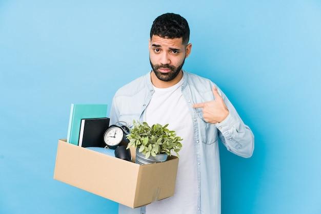 Il giovane uomo arabo che si muove in una nuova casa ha isolato indicare con il dito contro come se l'invito si avvicini.