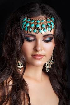 Modello di giovane donna araba.