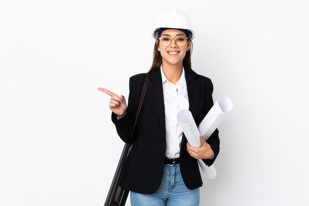 Donna caucasica del giovane architetto con il casco