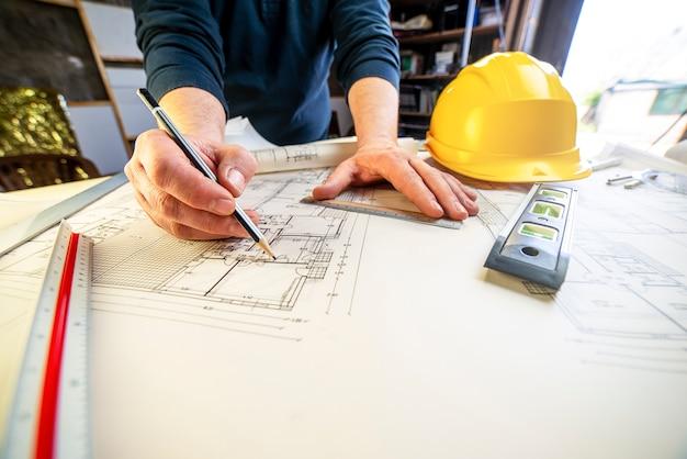Il giovane architetto disegna il modello