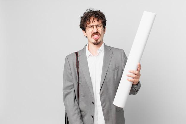 Giovane architetto che si sente disgustato e irritato e fa la linguaccia