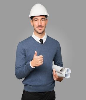 Giovane architetto che fa un gesto giusto con la sua mano