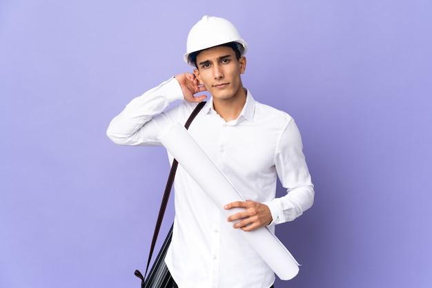 Uomo giovane architetto isolato avendo dubbi