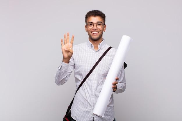 Giovane architetto che sorride e sembra amichevole, mostrando il numero quattro o il quarto con la mano in avanti
