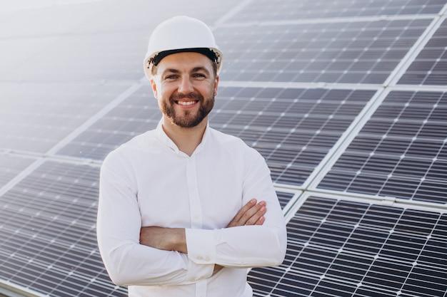 Giovane architetto accanto ai pannelli solari