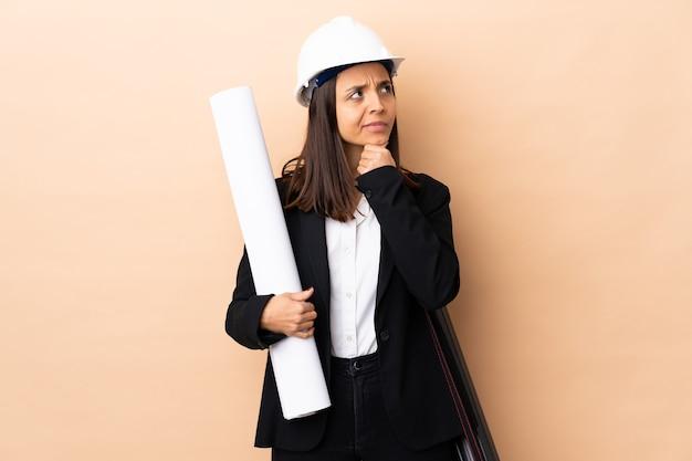 Giovane donna dell'architetto che tiene i modelli isolati